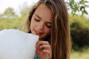 pige med candyfloss