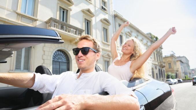 Glad mand kører cabriolet